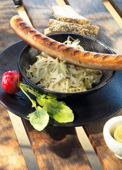 Carnati Thuringer cu salata de varza germana (dulce acrisoara)