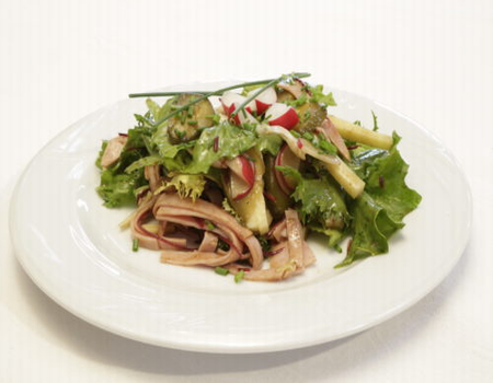 Salata de sunca cu ridichi si salate frunze